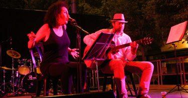 femme chantant et guitariste
