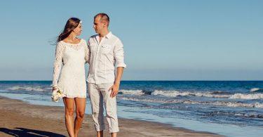 couple en blanc en bord de mer