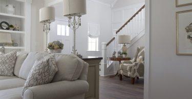 salon avec meubles blancs et escalier