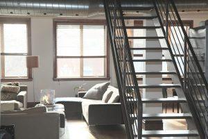 salon avec canape et escalier en metal