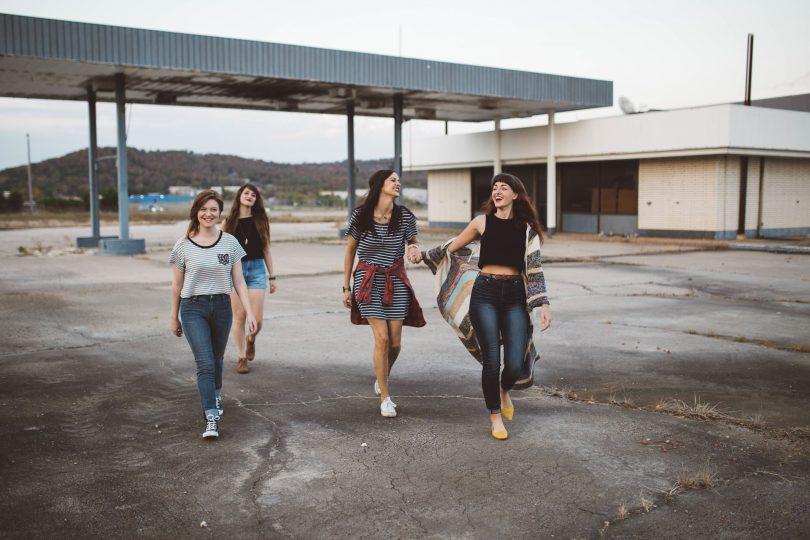 filles riant en plein air