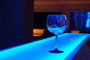 verre sur comptoir lumiere bleue