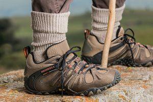 personne portant des chaussures de randonnée