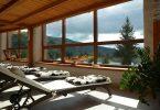 chaises longues avec vue sur les montagnes