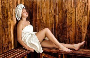 femme en drap blanc dans un sauna