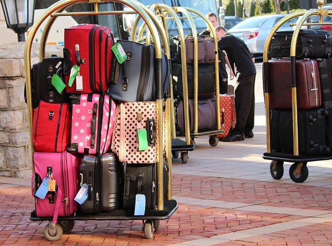 ensemble de valises entrée hotel