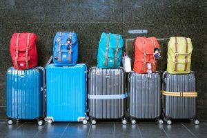 rangée de valises dans un couloir