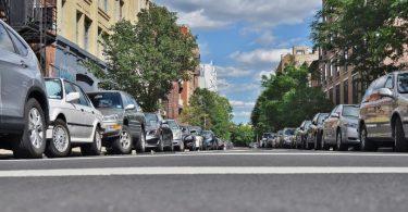 route de ville avec voitures sur le côté