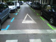 ligne verte et bleue stationnement de voitures