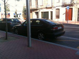 voiture stationnée le bord du trottoir