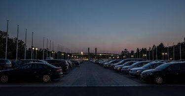 parking la nuit avec des voitures