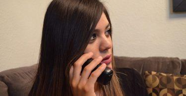 fille aux cheveux longs au téléphone