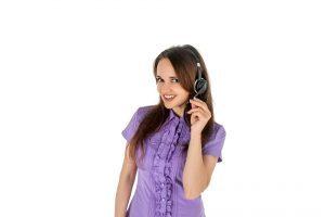 fille brune portant une chemise violette et un micro casque