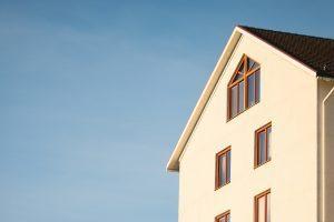 maison blanche sur ciel bleu