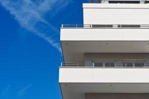 maison blanche à étages
