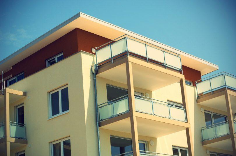 maison à étages avec balcon