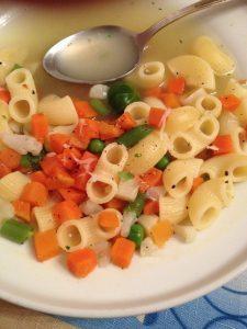 assiette de pates avec petits pois et carottes