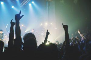 gens avec main levée durant un concert