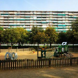 parc à jeux devant un immeuble