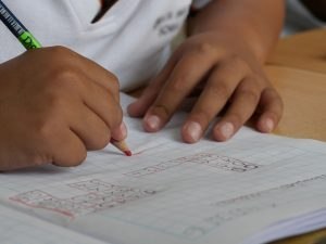 main d'enfant en train d'écrire