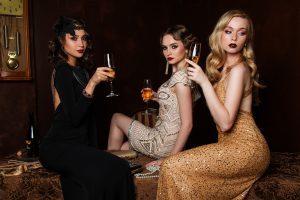 trois femmes assises et buvant du champagne