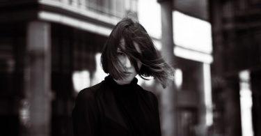 photo en noir et blanc d'une femme en col roulé