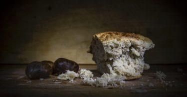 morceau de pain avec des marrons à côté
