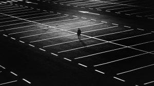 parking vide avec une personne
