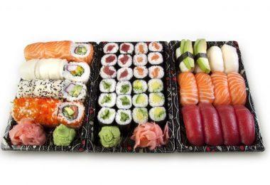 plateau de sushis sashimis et makis