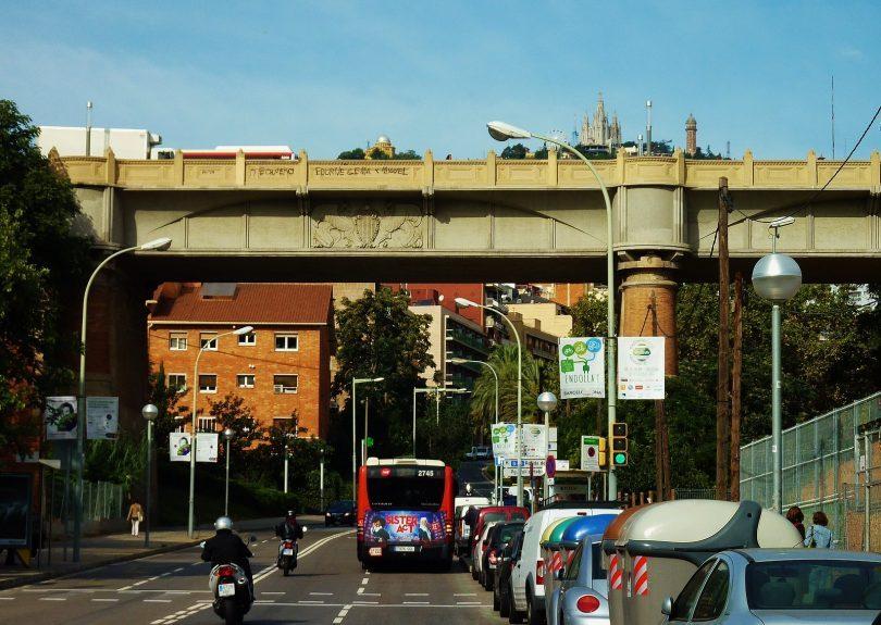 route avec voitures et bus sous un pont