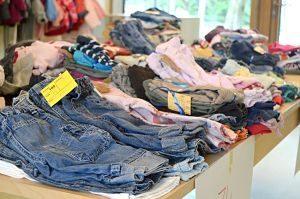 piles de vêtements pliés