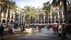 place de barcelone avec une fontaine et des palmiers