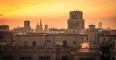coucher de soleil sur la ville de barcelone