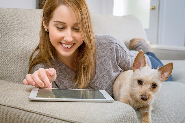 femme avec un chien sur le canapé