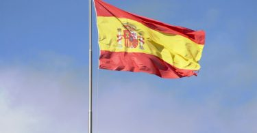 drapeau espagnol flottant dans le vent