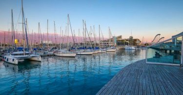 vue sur le port avec eau et bateau