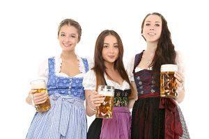 trois femmes en tenus bavaroise tenant une chope de bière