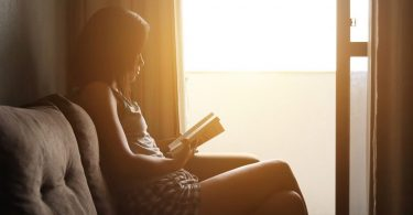 femme lisant dans un canapé