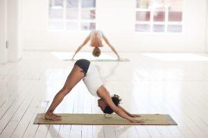 femmes faisant du yoga en salle