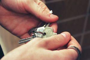 mains tenant des clés