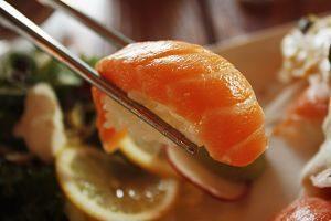 sushi avec des baguettes