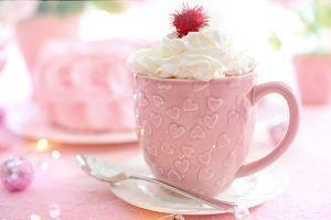 tasse rose avec creme fouettee