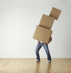 personne portant des cartons