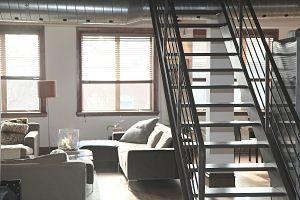 duplex avec escalier et canapé