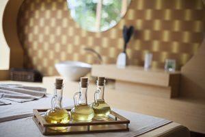 trois bouteilles d'huile dans une salle de bain