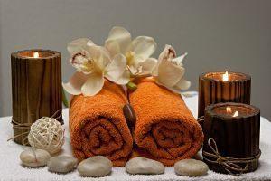 serviettes enroulées fleurs et bougies