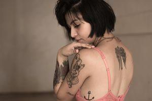 femme brune avec des tatouages