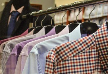rack de chemises de couleur et à carreaux