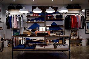 magasin de vêtements sur présentoir