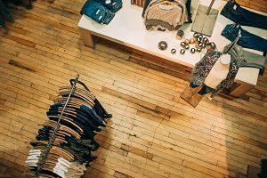 vue d'un magasin avec vêtements, plancher en bois et accessoires